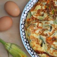Frittata con calabacín, flores de calabacín, cebolla roja y menta fresca