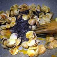 Arroz Negro linguini con almejas paso 5
