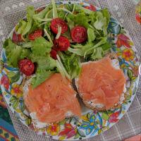 Tostadas con salmón ahumado alimentación limpia