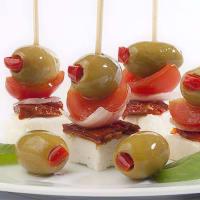 Pincho con aceitunas verdes rellenas con pimientos