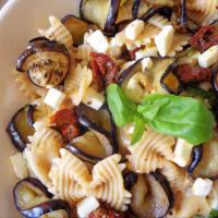 Pasta con berenjenas, tomates secos y feta paso 3