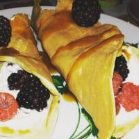 Vanilla crepes and white chocolate with berries