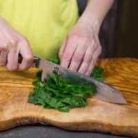 las nueces y las almendras Mezzelune Blurisella con crema de espinacas y tofu paso 1