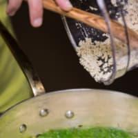 las nueces y las almendras Mezzelune Blurisella con crema de espinacas y tofu paso 8