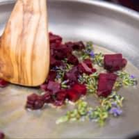 Ravioli deletreado veganos, crema de calabacín con jengibre y rojo remolacha paso 9