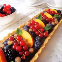 tarta de coco con crema de chocolate y fruta fresca