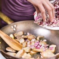 Ravioli con seitán estofado con crema de boletus y achicoria roja paso 6