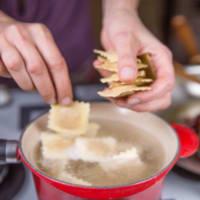 Ravioli con seitán estofado con crema de boletus y achicoria roja paso 11
