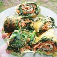 Rollo de las claras de huevo con espinacas y salmón