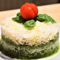 pastel de arroz basmati y crema de calabacín con albahaca fresca