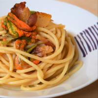Spaghettoni con fiori di zucca, guanciale croccante e pecorino