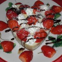 Pastel de pudín de vainilla y fresa con chocolate y coco