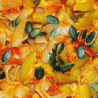 fideos de konjac con salsa de tomate picante con salmón y calabacín