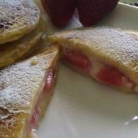 bolsillos de panqueque con fresas y crema pastelera