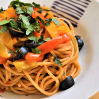 Whole spaghetti with black pepper and black olives