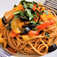espaguetis integrales con una salsa de pimientos y aceitunas negras paso 5