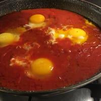 Uova in purgatorio. Pare che le uova al pomodoro si chiamino cosí... step 5