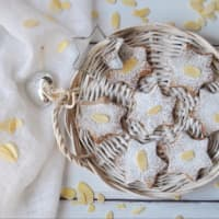 Biscotti di pasta frolla con lamelle di mandorle