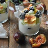 Pequeñas tazas con crema de mascarpone y fruta fresca