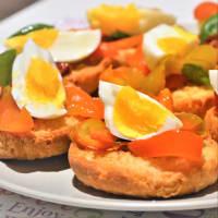 Frise con pimientos salteados, tomates secos, huevos cocidos y albahaca paso 5