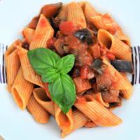 pasta corta con salsa de tomate, berenjena, aceitunas y albahaca fresca paso 5