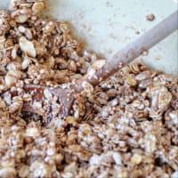 Cacao de granola con fresas y frambuesas paso 2