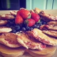 Panqueques con arándanos y fresas ajuste