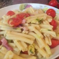 Pasta con calabacines, tomates y tocino