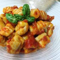 Gnocchi de ricotta y albahaca con tomates frescos
