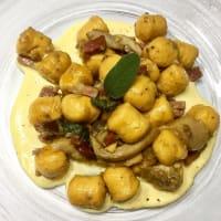 gnocchi de calabaza con setas, bacon y fondue de queso