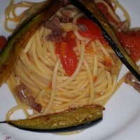 Espaguetis con tomate fresco y la berenjena