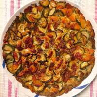 Frittata con el calabacín y zanahorias con semillas de hinojo