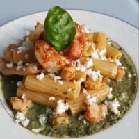 Tortiglioni con mozzarella, gamberoni alla paprika e salsa al basilico
