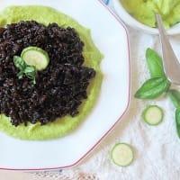 Riso Venere allo Zenzero, su Crema di Zucchini, Basilico e Limone