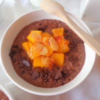 Cacao porridge with caramelized peaches