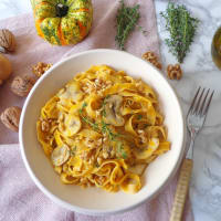 Fettuccine with pumpkin cream, champignon and nuts