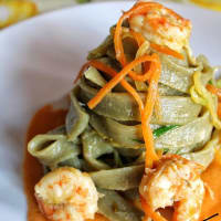 Tallarines con el té verde con camarones y verduras salteadas
