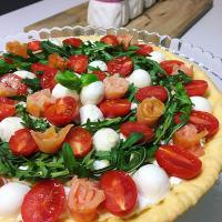 Torta salata con pomodorini, mozzarella, rucola e salmone