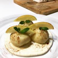 Gnocchi con salsa de manzana y canela queso parmesano.