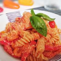 Fusilli con salsa de tomate, pimientos dulces, ricota y albahaca paso 6
