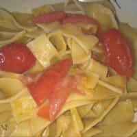 Tagliatelle con crema di taccole e patate e pomodorini freschi