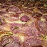Pizza in teglia con chips di patate viola