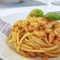 Spaghetti with pesto with genoa, shrimp and cherry tomatoes