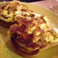huevos revueltos y tocino en pan de oro mozzarella