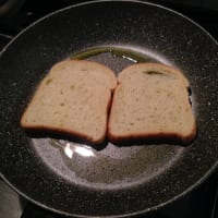 huevos revueltos y tocino en pan de oro mozzarella paso 2
