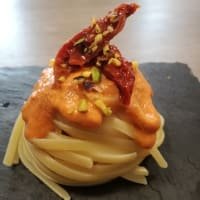 Linguini con pesto hecho en casa roja