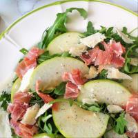 ensalada de rúcula con jamón, manzanas verdes y queso parmesano paso 2