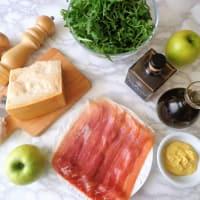ensalada de rúcula con jamón, manzanas verdes y queso parmesano paso 1