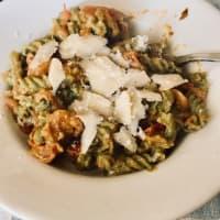 Pasta di piselli bio con pesto di basilico, pomodorini e scaglie