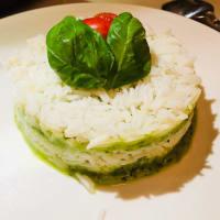 arroz basmati con capas de puré de calabacín y albahaca